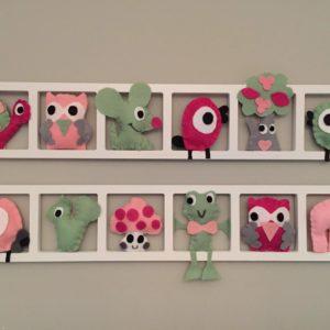 cadre mural decoration chambre bebe fille. Figurines en feutrine rose fushia et vert pale.