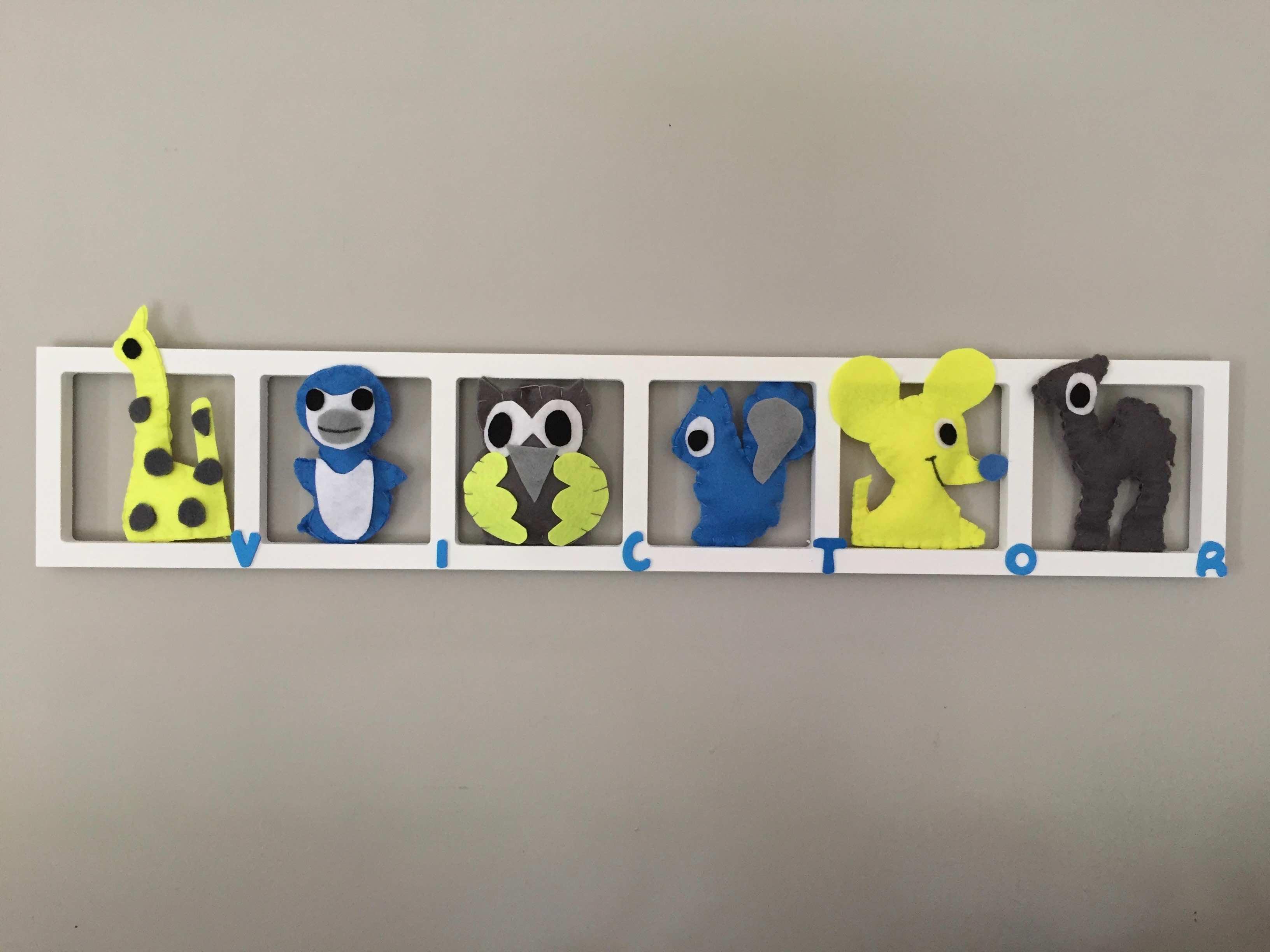 Décoration murale chambre bébé figurines bleu , gris et jaune flou