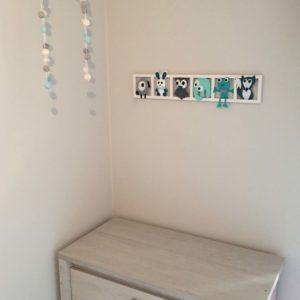 decoration chambre enfant qua turquoise gris. Figurines en feutrine.