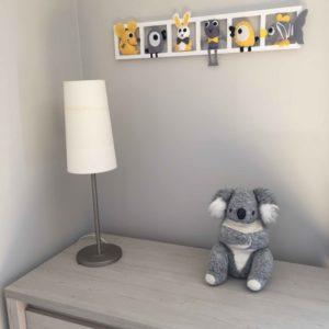 decoration mur chambre bebe animaux en feutrine tons gris jaune et blanc