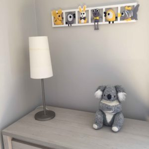 deco chambre rbebe figurines jaune gris
