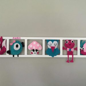decoration murale pour chambre de fille avec figurines en feutrine rose fuhia et turquoise. Cadeau de naissance original.