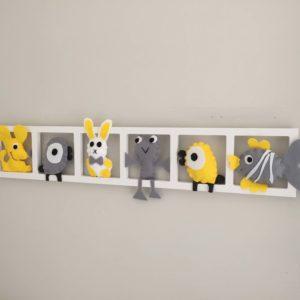 Cadre decoration chambre enfant figurines gris jaune personnalise
