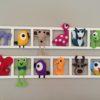 decoration murale pour chambre enfant et bebe. Structure blanche avec figurines en feutrine multicolores. Cadeau de naissance original.