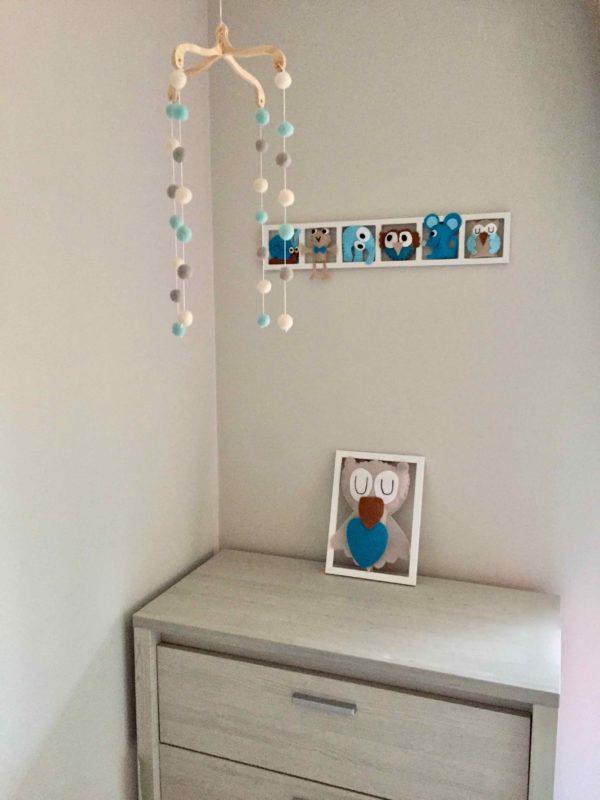 Cadre mural decoration chambre enfant avec figurines animaux taupe beige turquoise. Cadeau de naissance original.